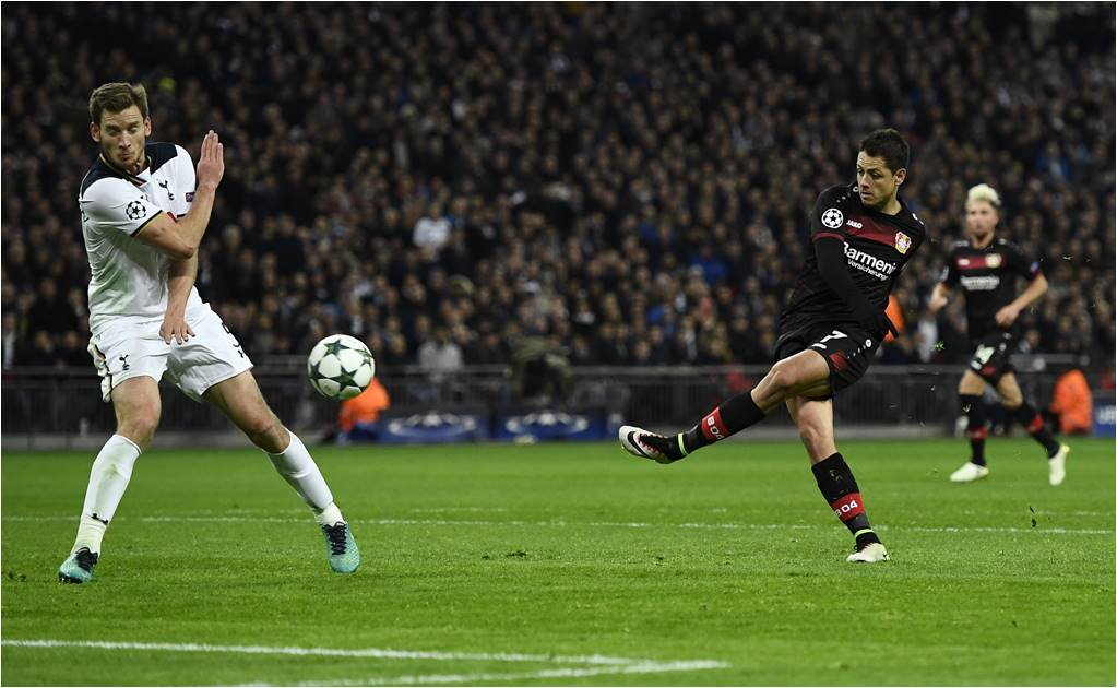 "Bayer y ""Chicharito"" sacan la victoria en Wembley"