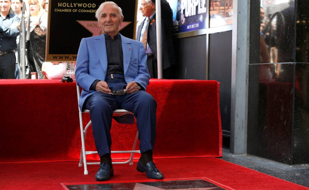 Charles Aznavour devela su estrella en Hollywood