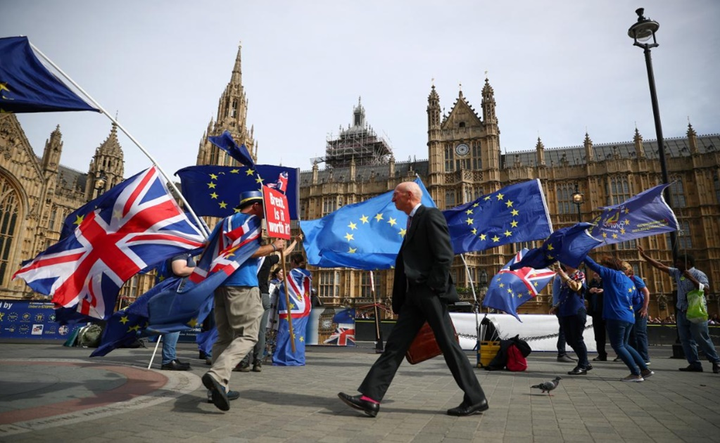 EU leaders aim to hold special Brexit summit in mid-November