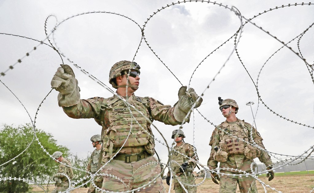 Mexicans steal razor wire U.S. troops installed to use it at home