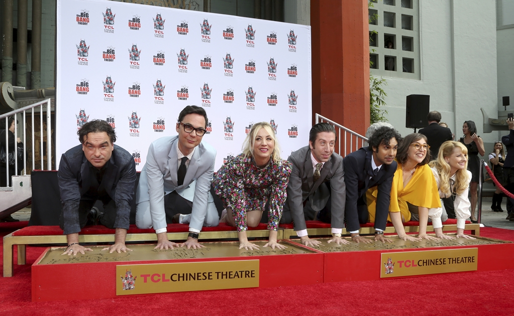 "Las estrellas de ""The Big Bang Theory"" inmortalizan sus huellas en Hollywood"