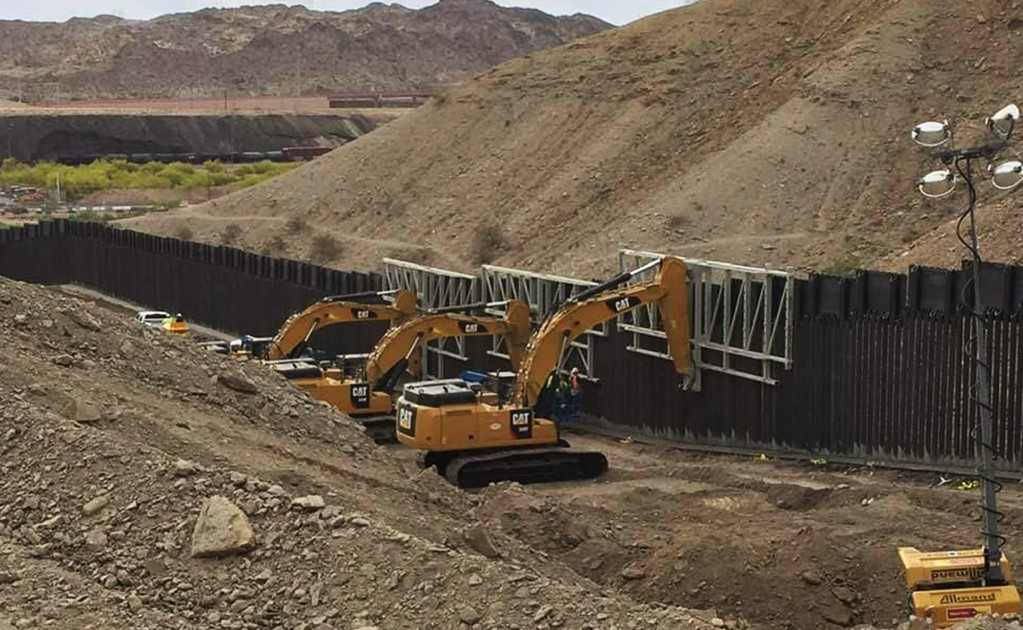 Donald Trump supporters build the first private border wall