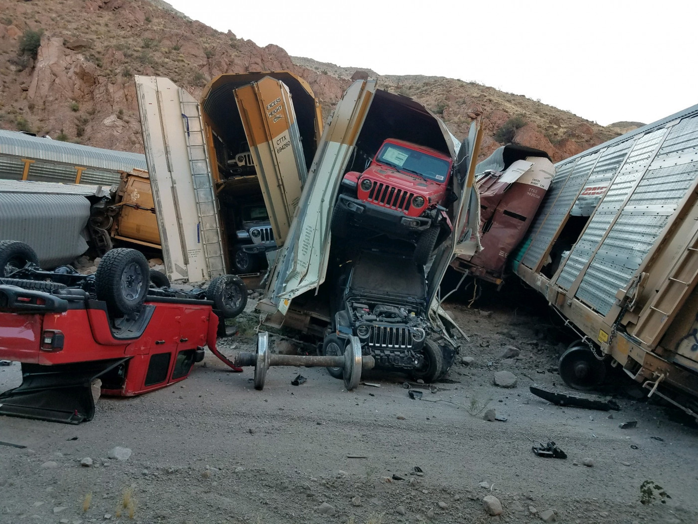 Camionetas pick-up resultan destruidas en choque de tren