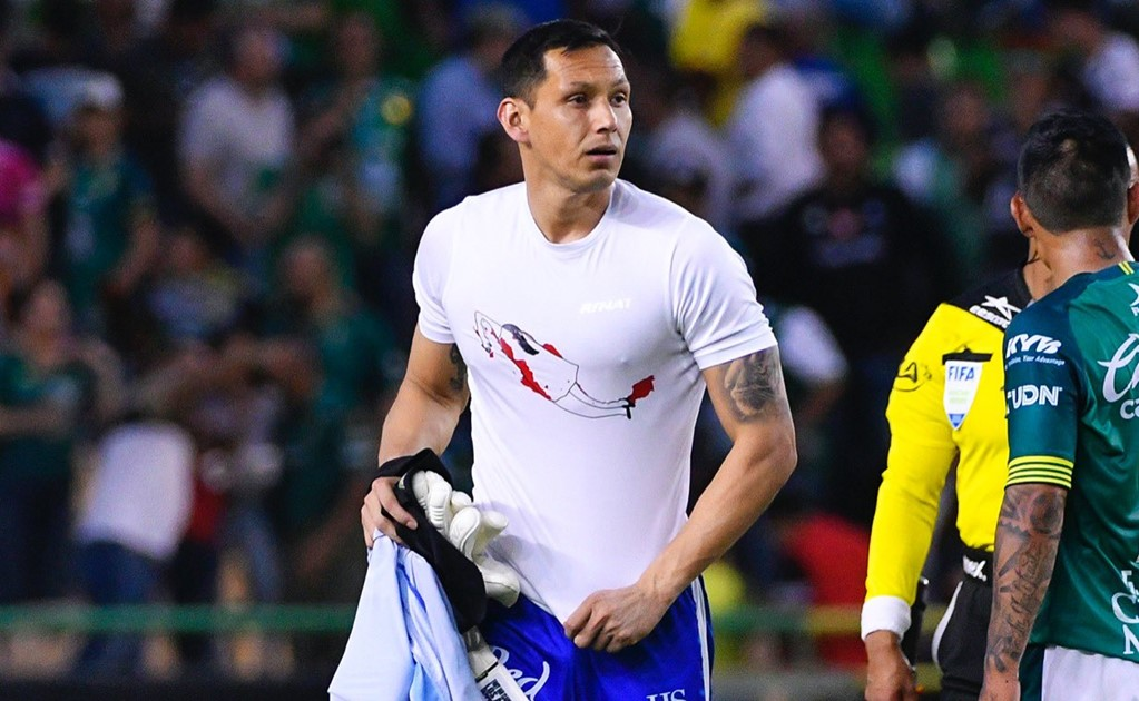 Goalkeeper Rodolfo Cota protests against femicide in Mexico