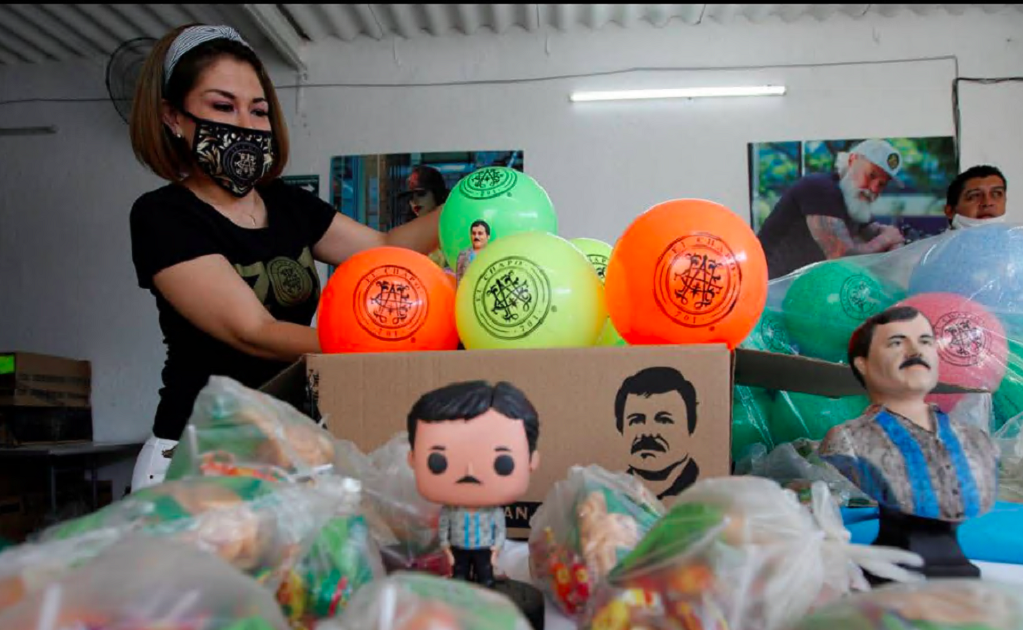 El Chapo's daughter gifts toys inspired on the drug trafficker to children