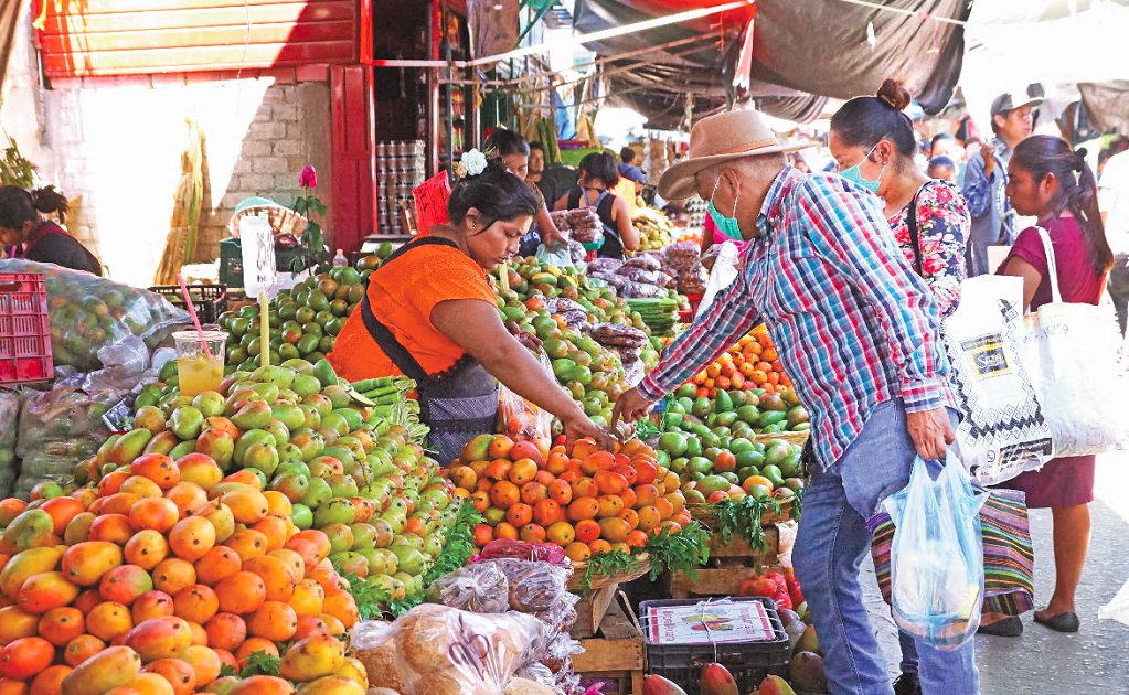As markets turn into COVID-19 hotspots, Mexico City implements stricter measures to prevent the spread of the virus