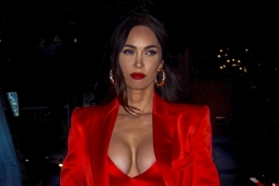 Megan Fox impacta con tendencia 'bra out' y traje rojo en California