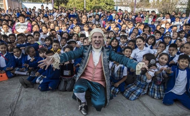 """Mozart"" teaches music to kids in Mexico"