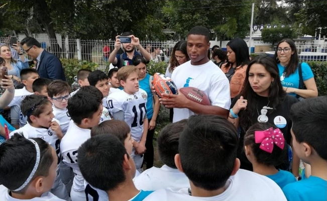 Kenyan Drake helps children with cleft lips in Mexico