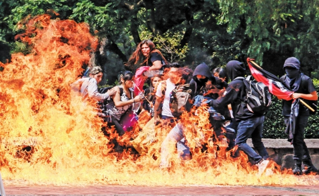 Who are the criminal gangs who attacked UNAM students?
