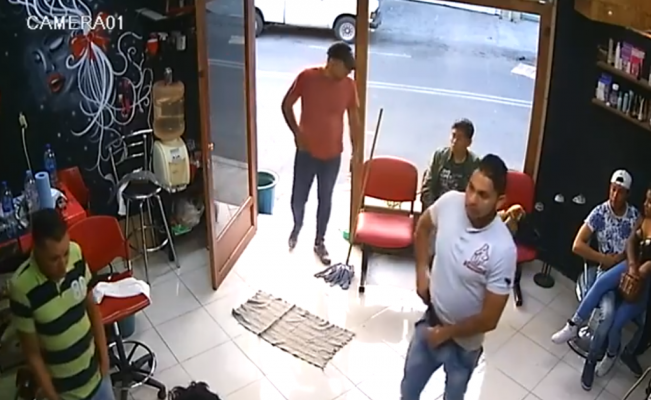 Captan en video asalto a una barbería en Tláhuac