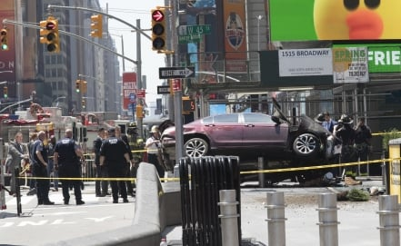 Auto atropella a multitud en Times Square