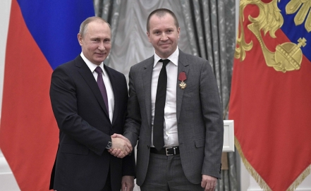 Actor ruso entrega carta a Putin en defensa de director teatral