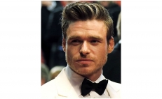 Richard Madden luce esmoquin tipo James Bond en Cannes
