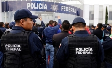 Officers from the Federal Police riot and threaten blockades to protest the National Guard