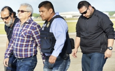 Yarrington escoltado por agentes en el Aeropuerto Internacional de Brownsville South