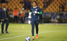 Memo Ochoa ya calienta en el estadio Universitario