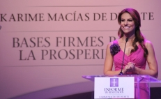 Karime Macías attempts to prevent her arrest in Mexico