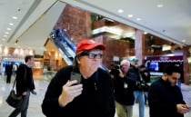 Michael Moore intenta hablar con Donald Trump