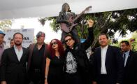 Develan estatua de Alex Lora en Puebla