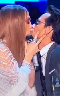 J.Lo y Marc Anthony se besan en los Latin Grammy