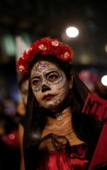 "Women protest against impunity dressed up as ""Catrinas"""