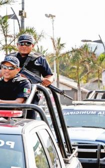 Federal forces, marines, and the army take over Acapulco's police
