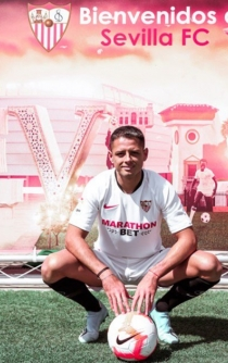Chicharito is signed by Sevilla