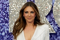 Elizabeth Hurley presume bikini con video en la playa