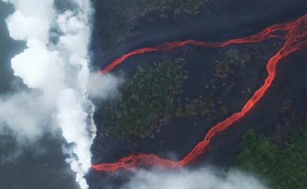 us-hawaiis-kilauea-volcano-erupts-forcing-evacuations_60858997.jpg