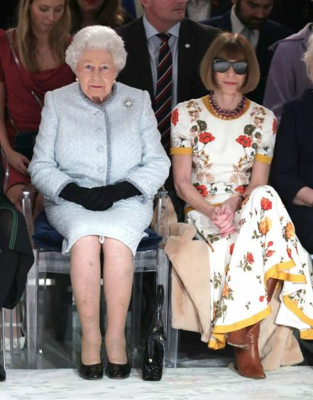 La reina Isabel II hace sorpresiva aparición en London Fashion Week
