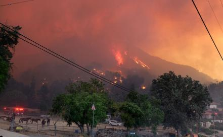 us-fast-spreading-hill-fire-forces-evacuations-in-californias-v_73333617.jpg